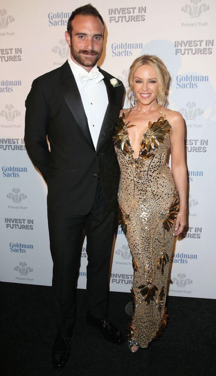 Образ дня: Кайли Миноуг в золотом платье на ужине с Принцем Чарльзом фото