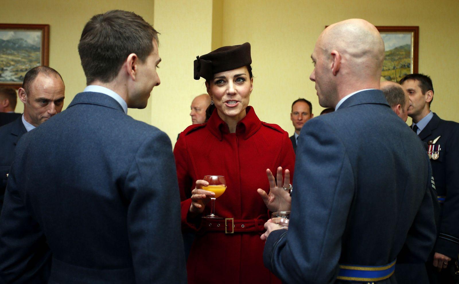 Британский шик: элегантная Кейт Миддлтон в пальто LK Bennett шляпке Lock and Co