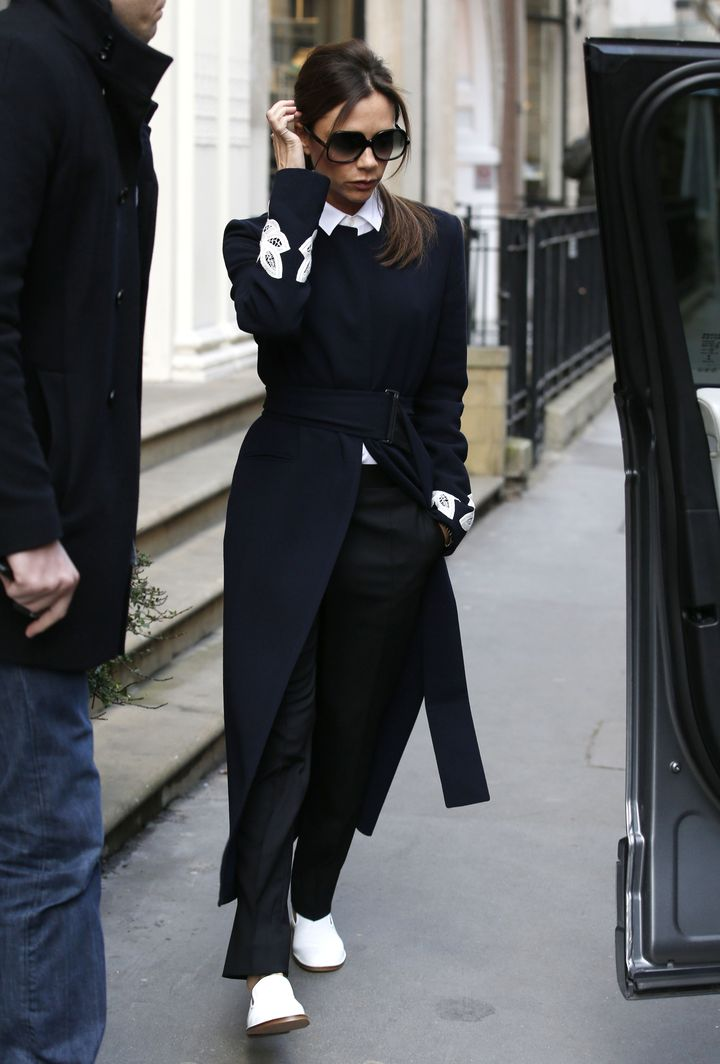 Образ дня: Виктория Бекхэм в элегантном образе и без каблуков на улицах Лондона