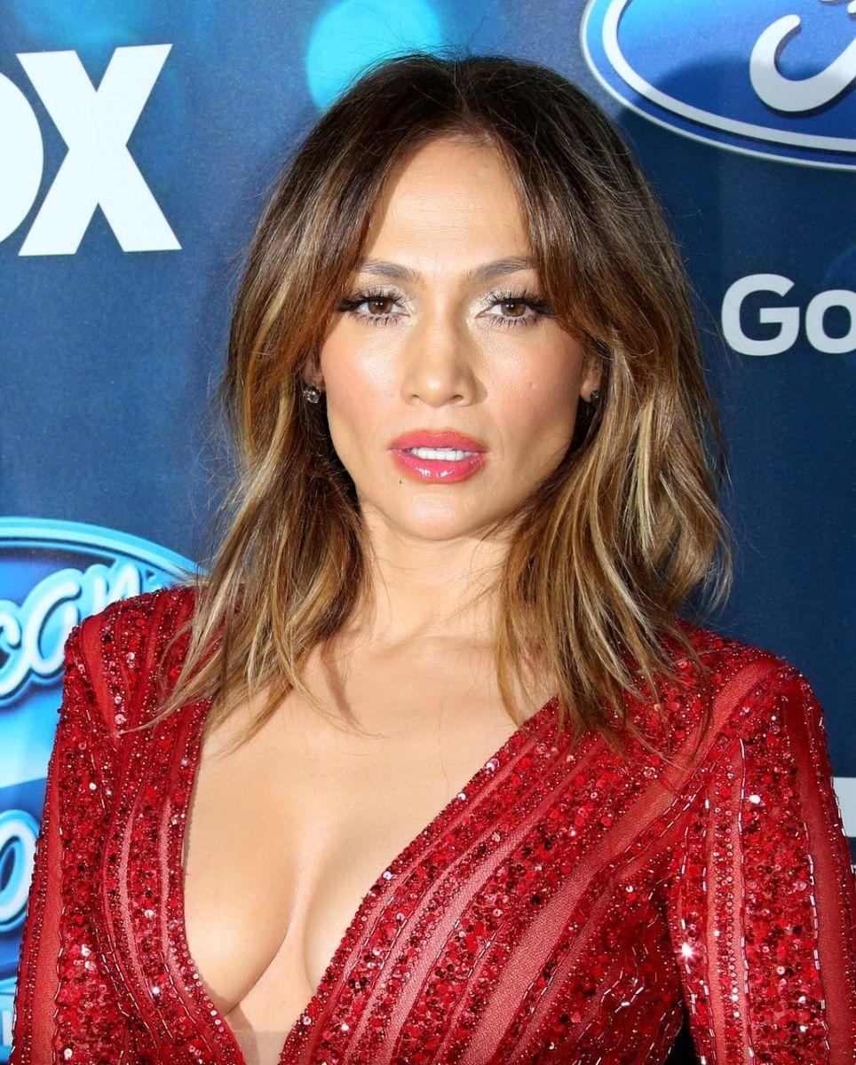 """Слабо в 46? Дженнифер Лопес в облегающем комбинезоне на вечеринке """"American Idol"""""""