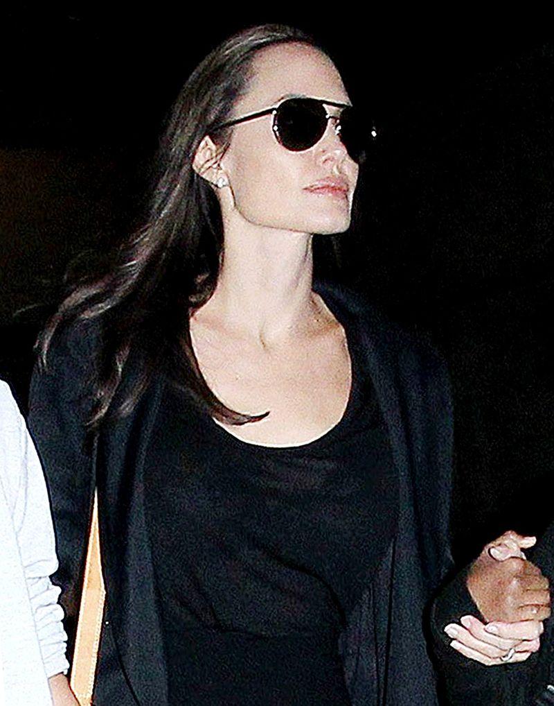 Образ дня: Анджелина Джоли с детьми в аэропорту Лос-Анджелеса фото 2016