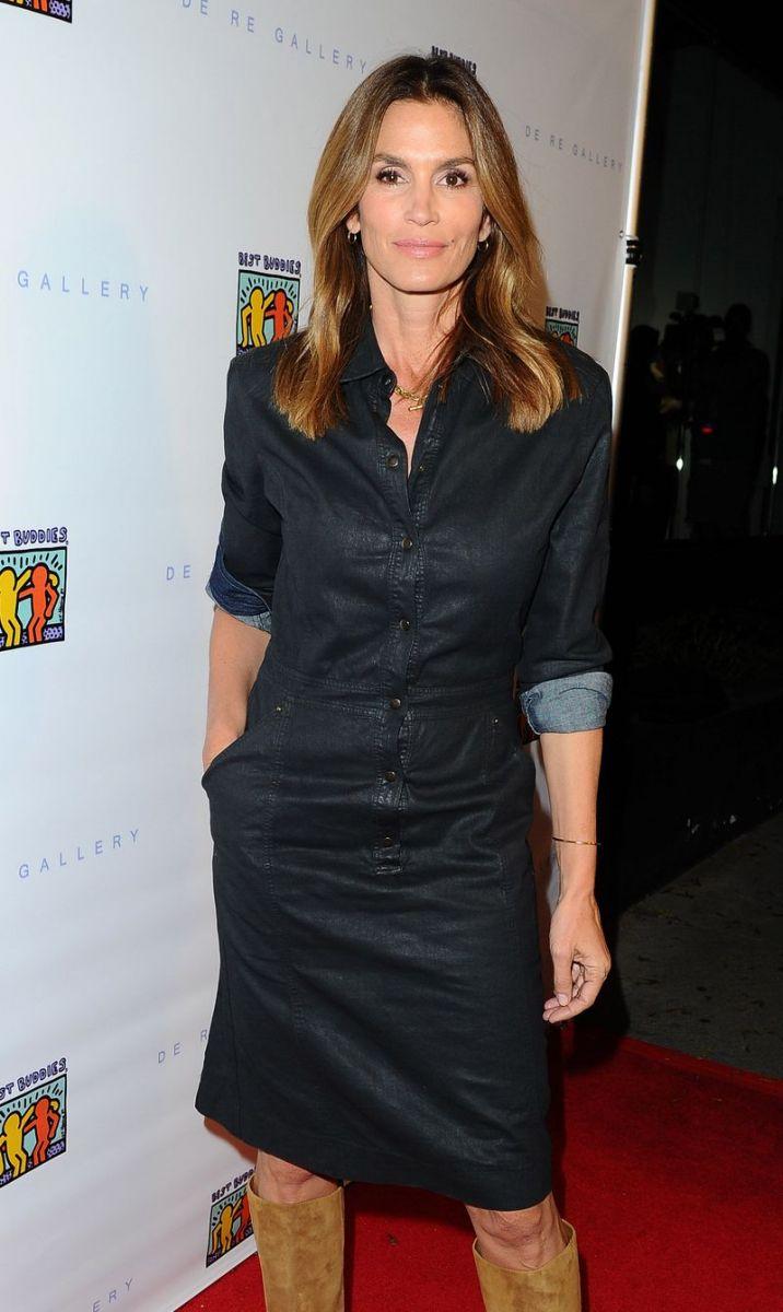 Образ дня: неувядающая Синди Кроуфорд на аукционе в Лос-Анджелесе фото