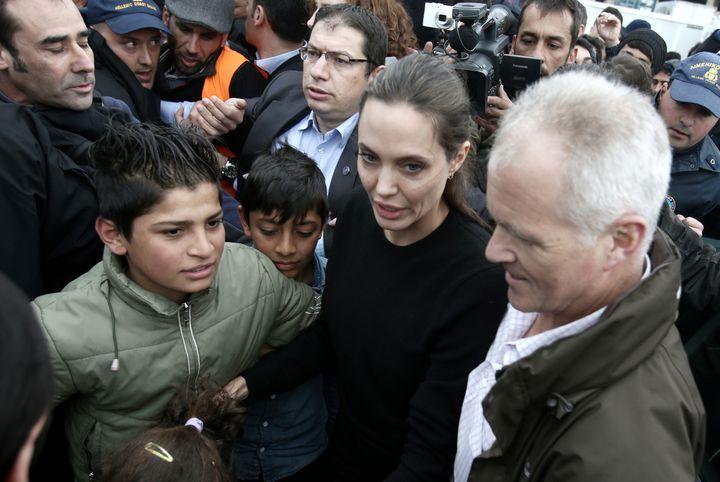 Образ дня: Анджелина Джоли посетила лагерь беженцев в Греции  фото