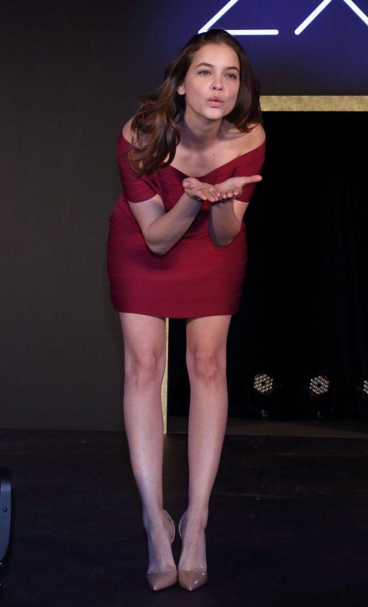 Образ дня: длинноногая Барбара Палвин в облегающем платье Herve Leger фото