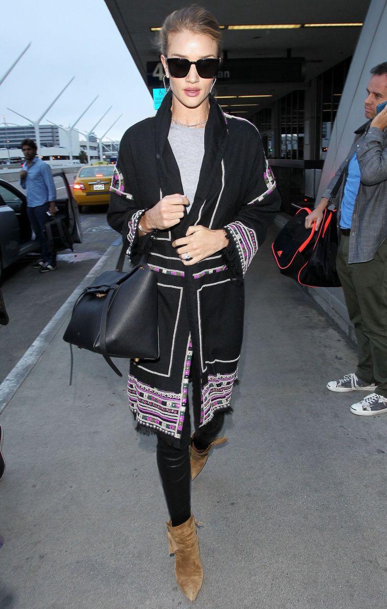 Образ дня: стильная путешественница Рози Хантингтон-Уайтли в аэропорту Лос-Анжелеса