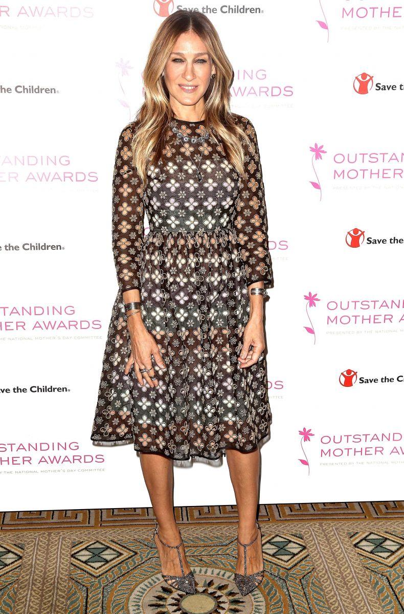Образ дня: 51-летняя Сара Джессика Паркер блистает на церемонии Outstanding Mother Awards
