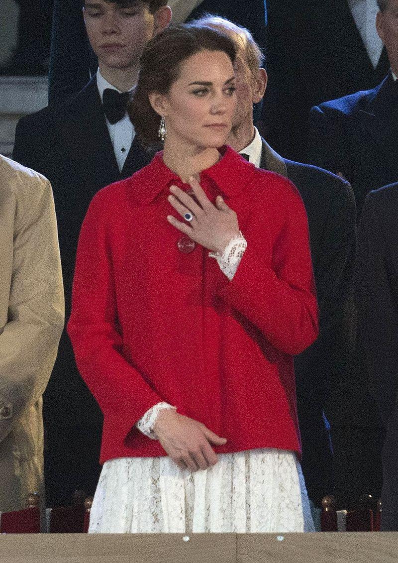 Образ дня: Кейт Миддлтон появилась на скачках в честь 90-летия королевы в жакете Zara фото