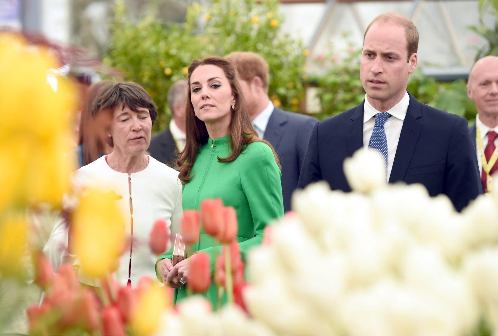 Герцогиня в цветах: Кейт Миддлтон в изумрудно-зеленом наряде Catherine Walker посетила Chelsea Flower Show