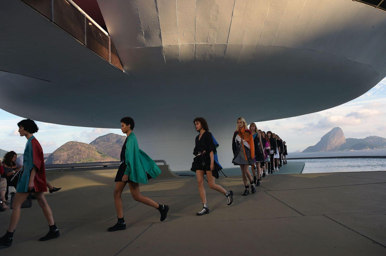 Всемирная пропаганда спорта: показ новой коллекции Louis Vuitton Resort 2017 в Рио-де-Жанейро