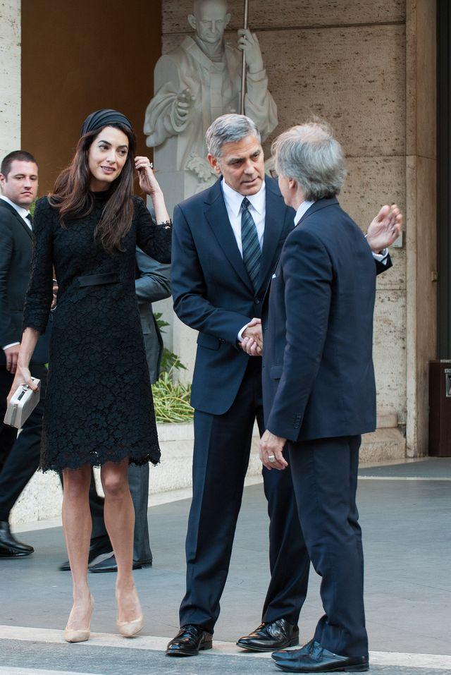 Образ дня: роскошная Амаль Клуни в Atelier Versace на семинаре Папы Римского фото