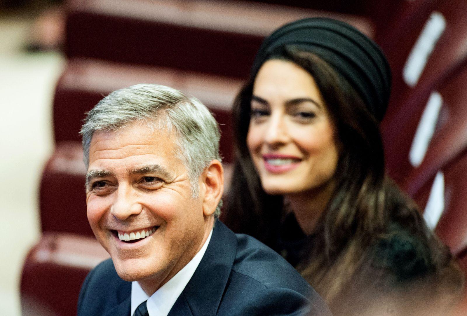 Образ дня: роскошная Амаль Клуни в Atelier Versace на семинаре Папы Римского
