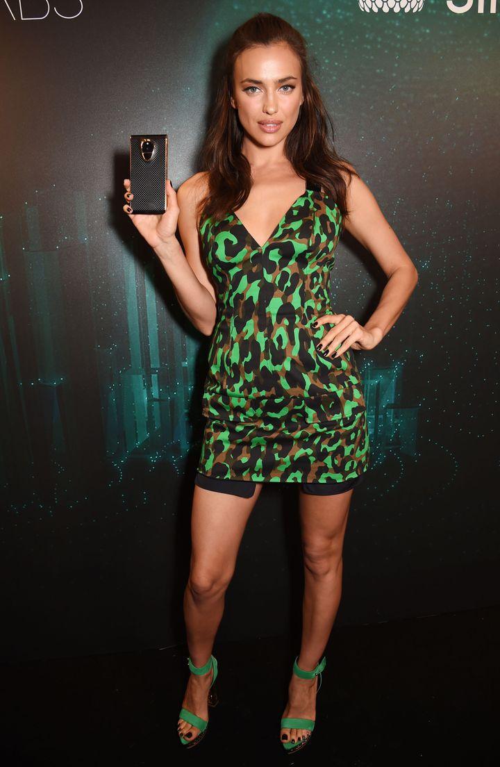 Образ дня: роскошная Ирина Шейк в мини-платье в стиле милитари фото