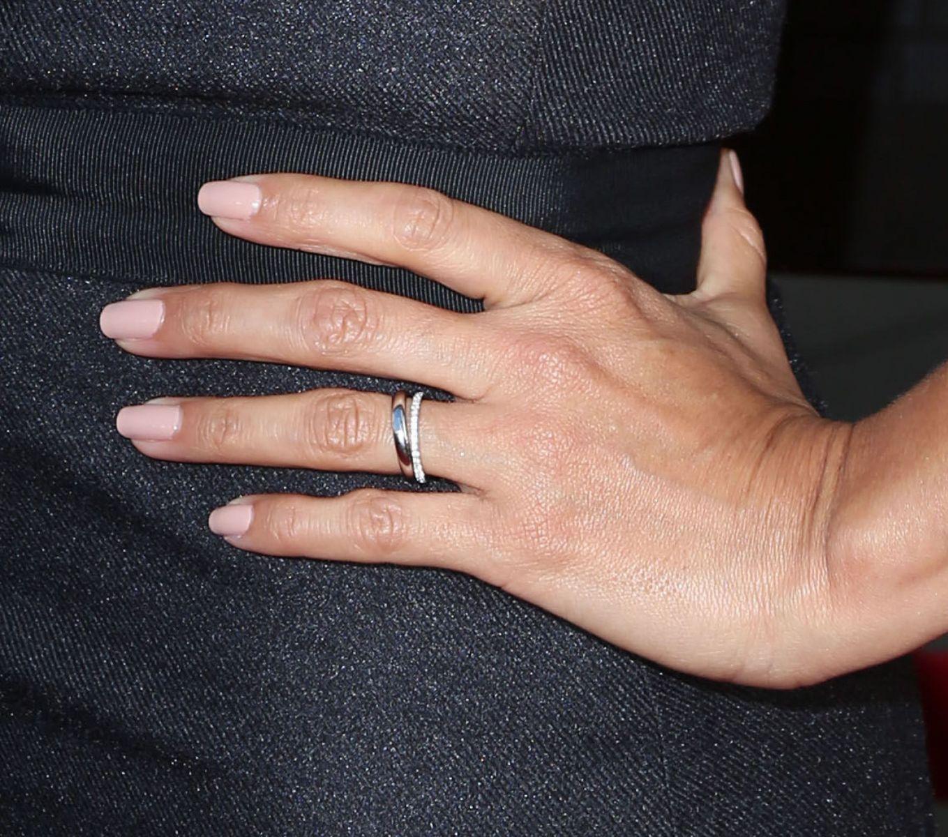 Образ дня: Ева Лонгория в соблазнительном платье впервые вышла в свет после свадьбы фото
