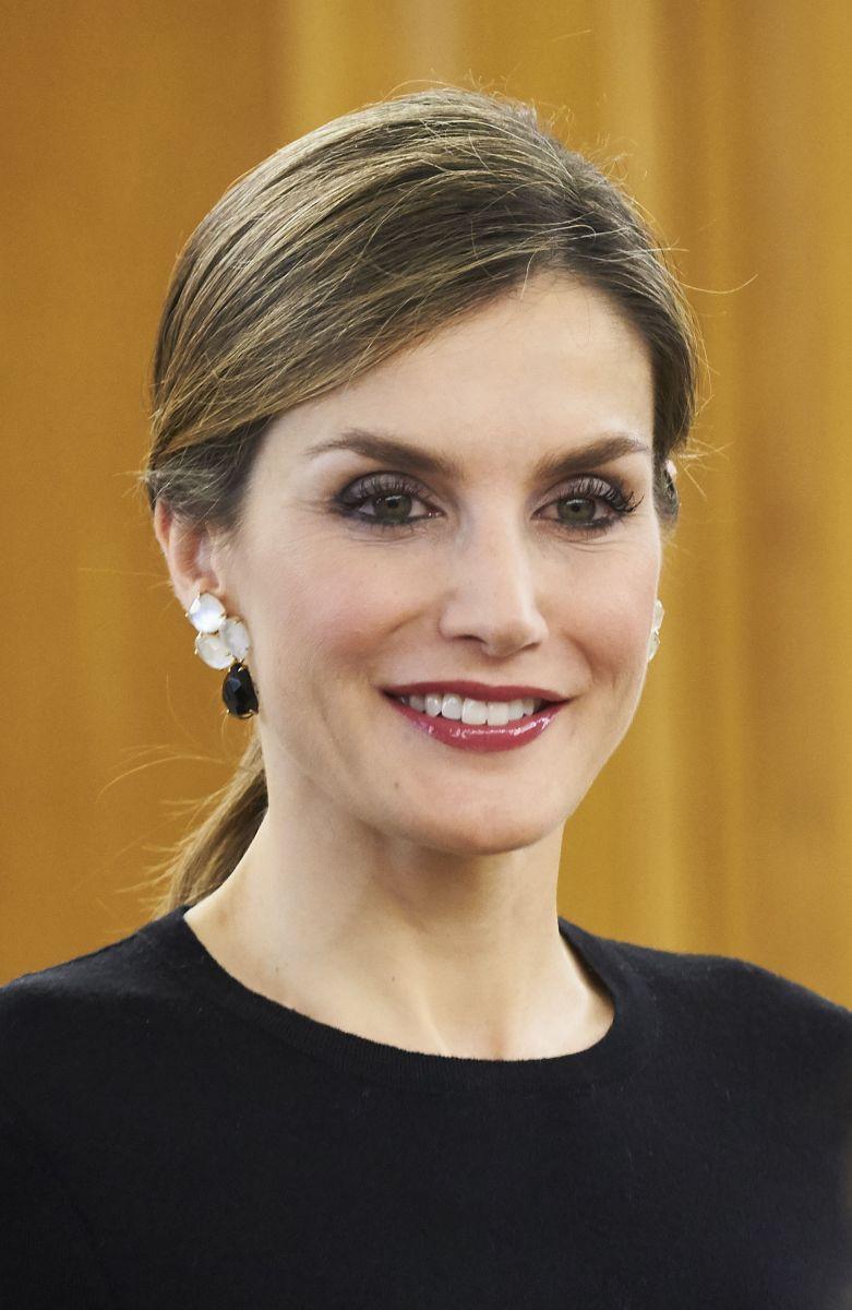 Образ дня: элегантная королева Испании Летиция в миди-юбке на форуме дерматологов