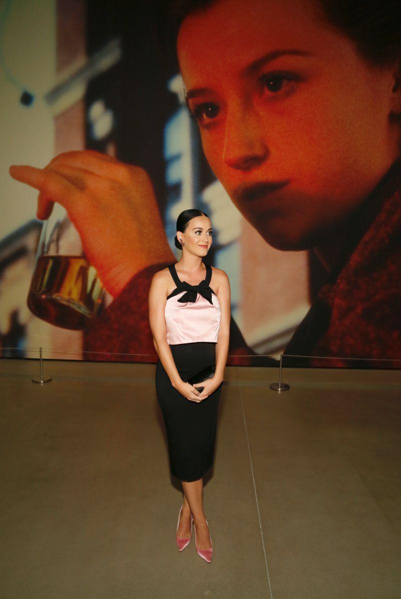Образ дня: милая леди Кэти Перри в лодочках Sophia Webster на презентации выставки