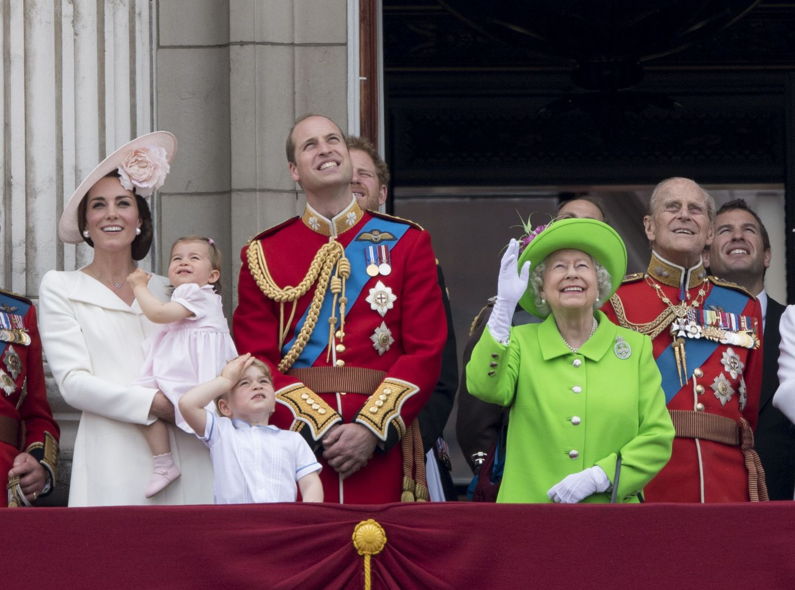 Образ дня: Кейт Миддлтон в пальто Alexander McQueen на параде в честь 90-летия Елизаветы II
