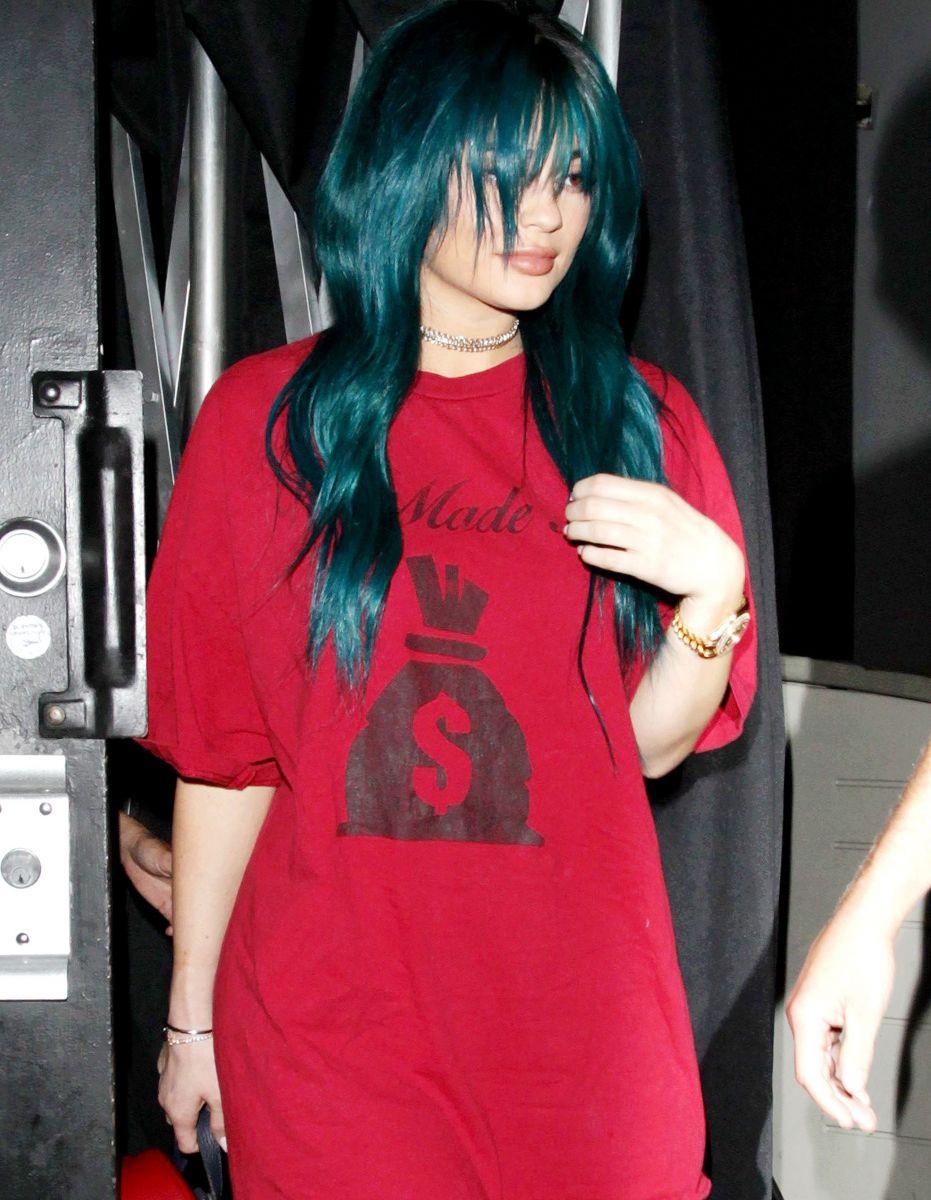 Синяя голова: Кайли Дженнер шокирует новым экстремальным цветом волос фото