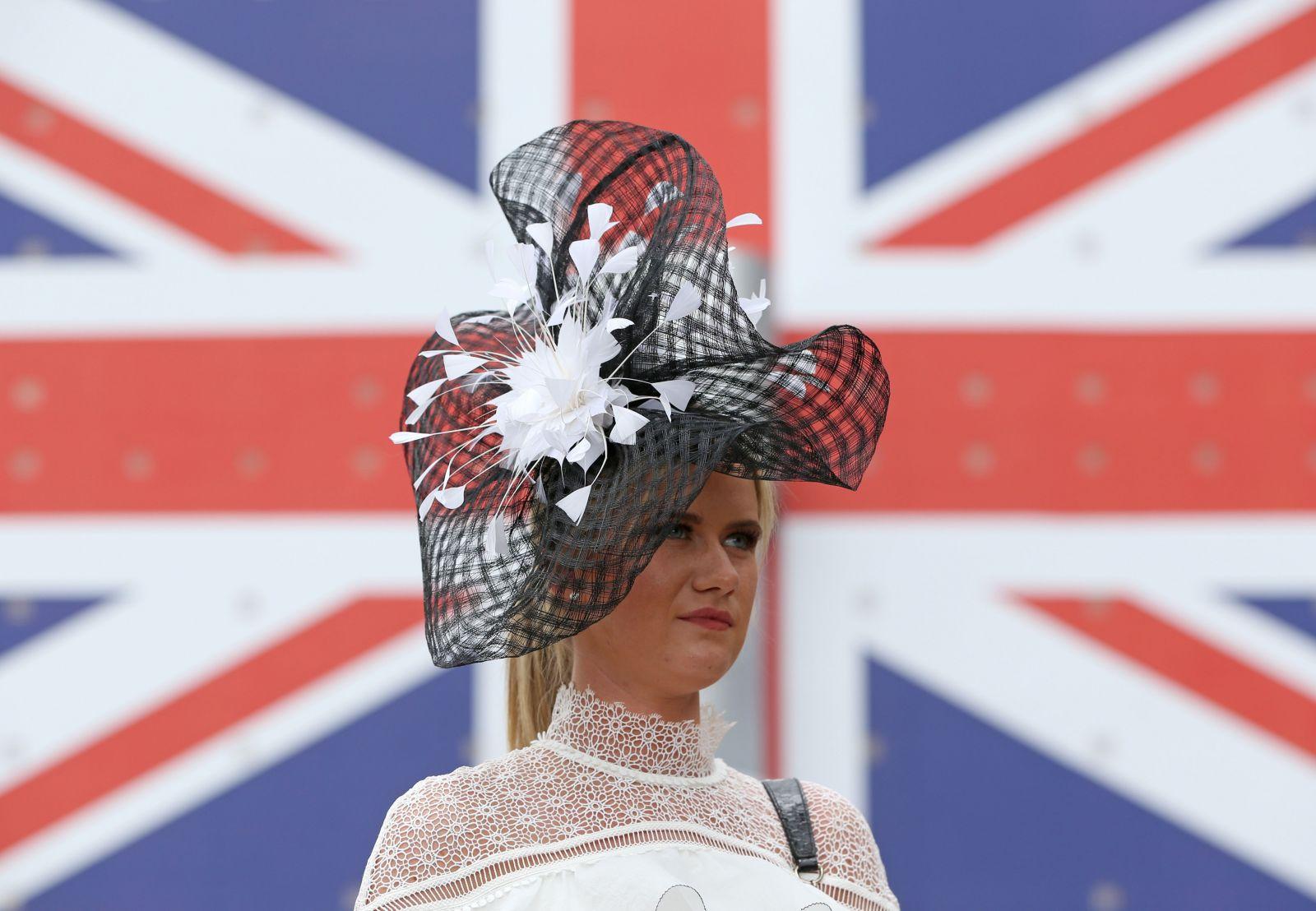 Скачки Royal Ascot-2016: лучшие шляпки на первых леди Европы (ФОТО)