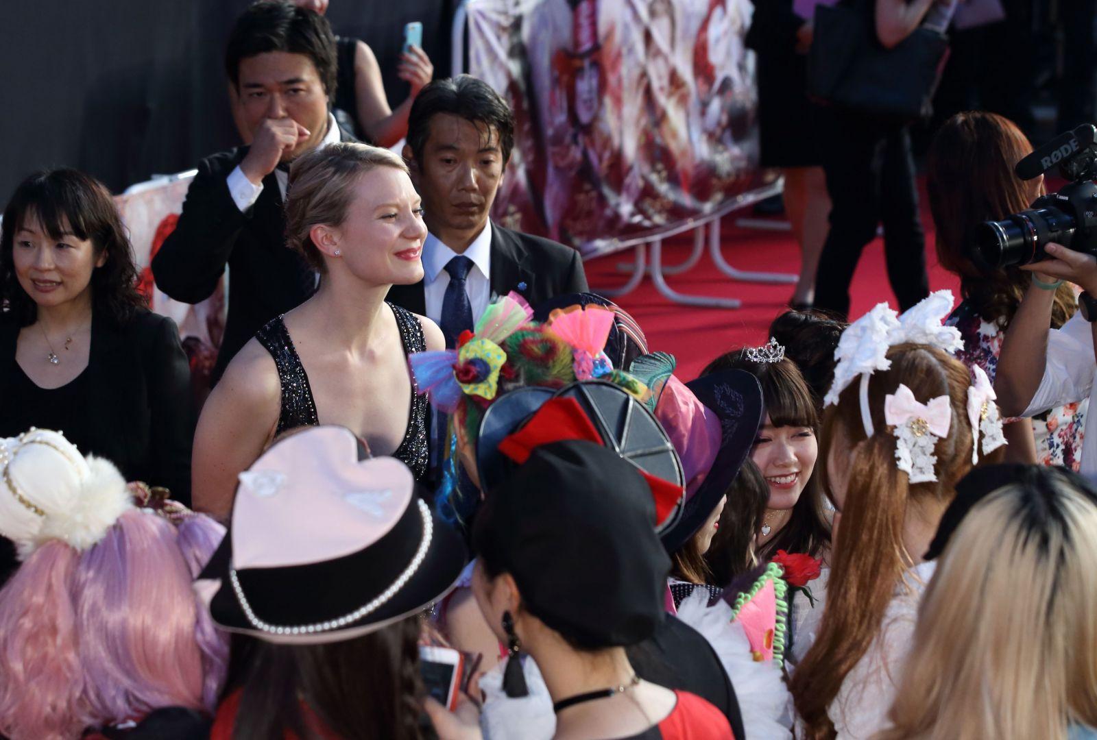 Образ дня: прекрасная Миа Васиковска в платье Roberto Cavalli Couture в Токио