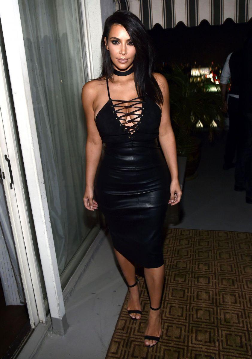 Образ дня: Ким Кардашьян удивила откровенным кожаным платьем с декольте