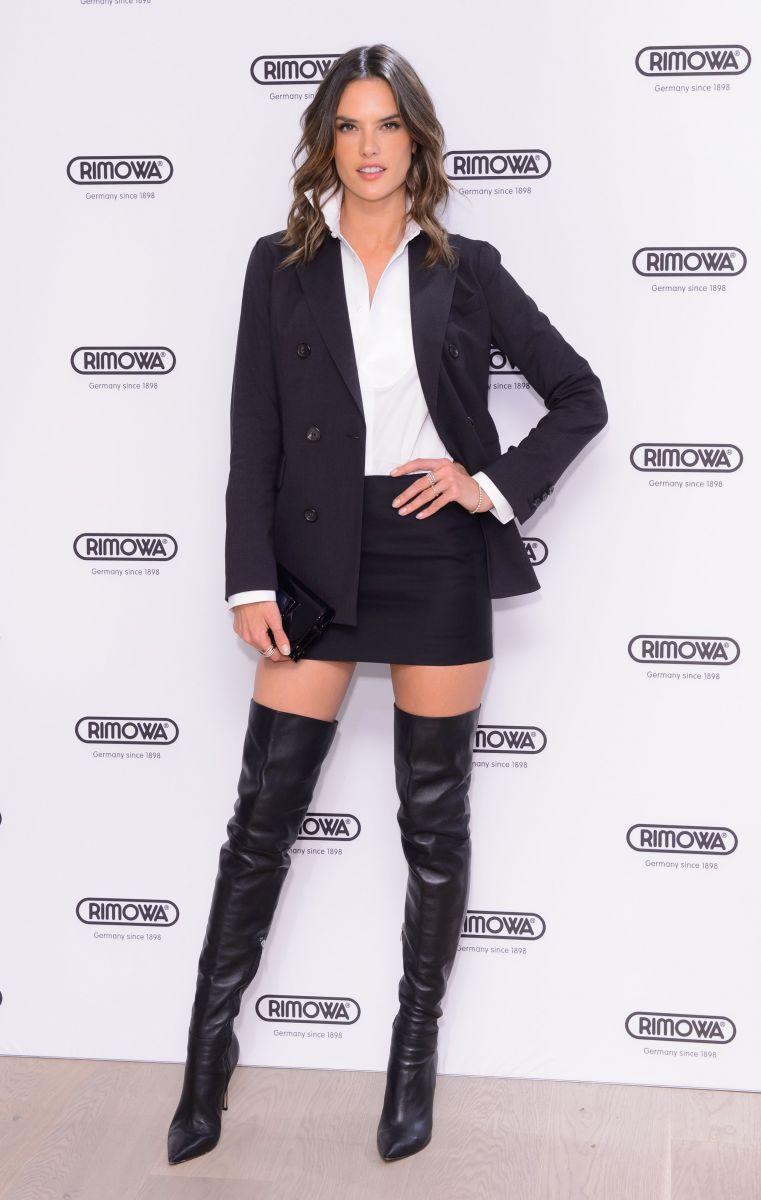 Образ дня: Алессандра Амбросио показала стройные ноги в ботфортах фото