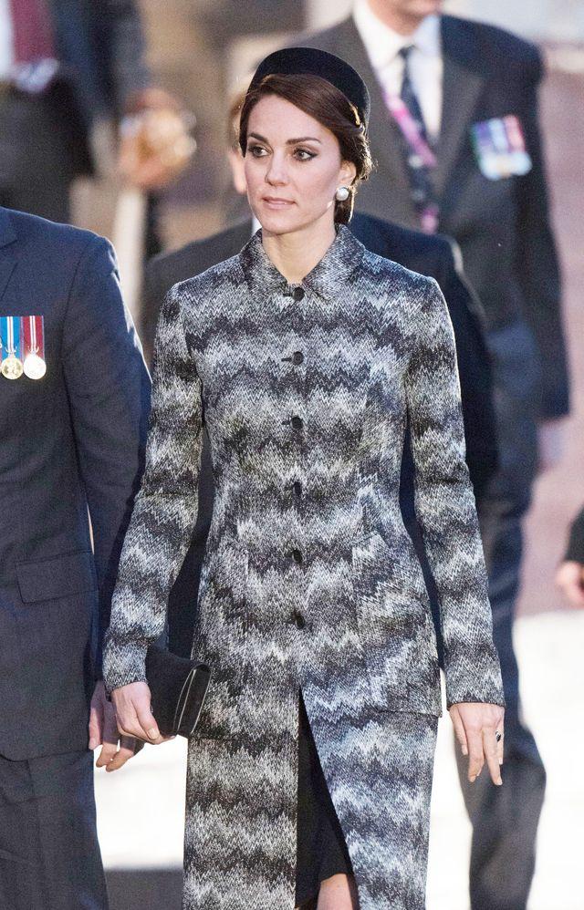 Образ дня: Кейт Миддлтон в пальто Missoni почтила память солдат во Франции