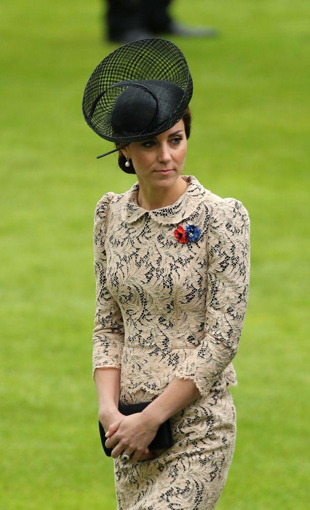 Кейт Миддлтон в новом кружевном платье у мемориального комплекса Thiepval фото