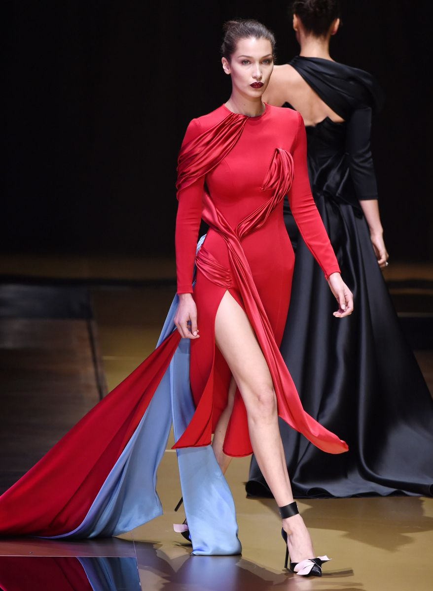 Две звезды: сногсшибательные Ирина Шейк и Белла Хадид на показе Atelier Versace осень-зима 2016/2017