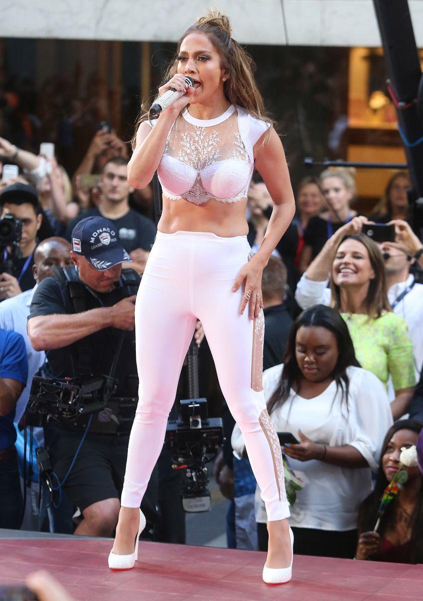 Зачем так вырядилась: фанаты раскритиковали наряд Дженнифер Лопес