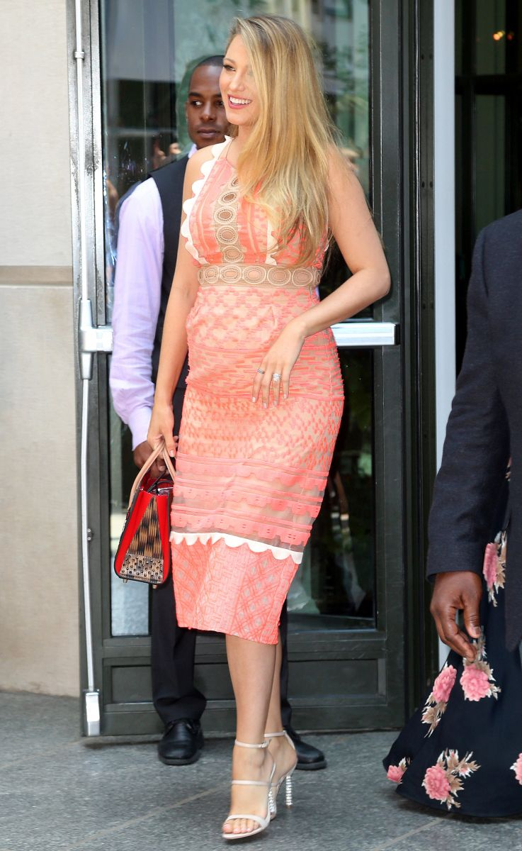 Образ дня: беременная Блейк Лайвли в романтичном платье Jonathan Simkhai