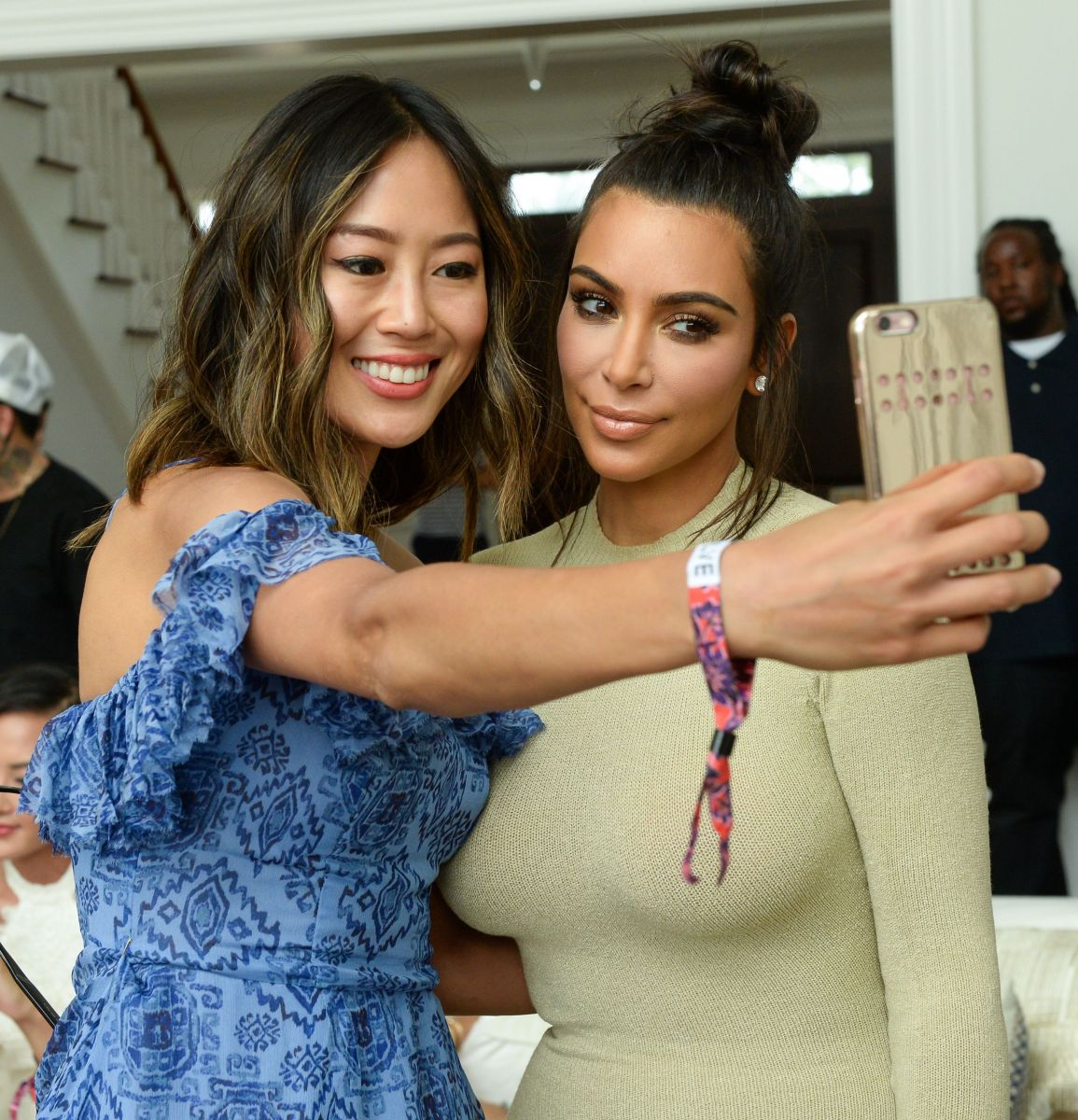 Образ дня: Ким Кардашьян в ультракоротком платье выбралась на природу