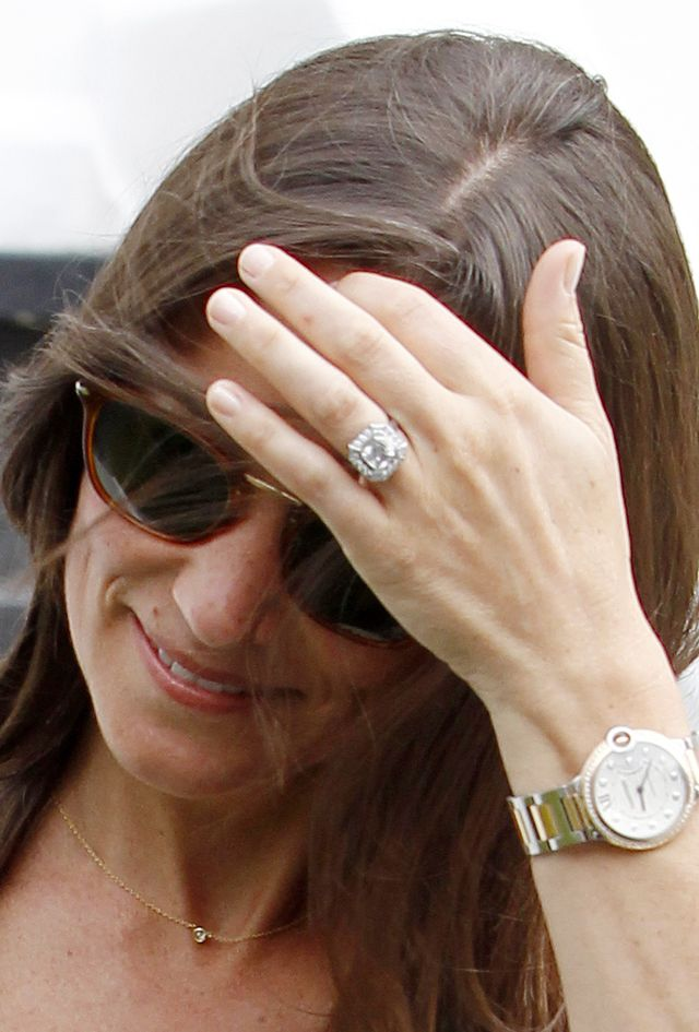 Образ дня: счастливая невеста Пиппа Миддлтон показала роскошное обручальное кольцо фото