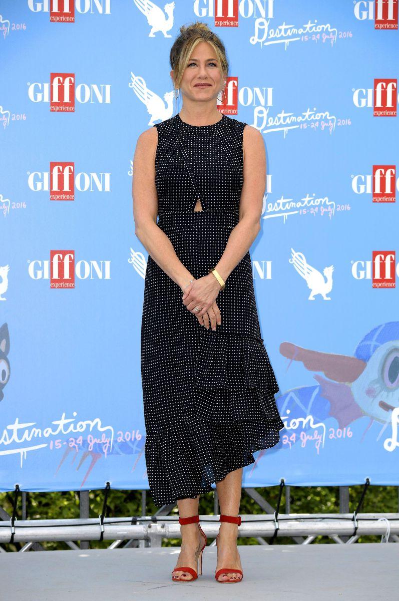 Образ дня: сногсшибательная Дженнифер Энистон на кинофестивале The Giffoni Film Festival