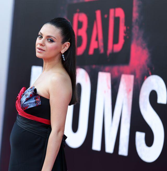 """Образ дня: беременная Мила Кунис на премьере комедии """"Очень плохие мамочки"""" в Нью-Йорке фото"""
