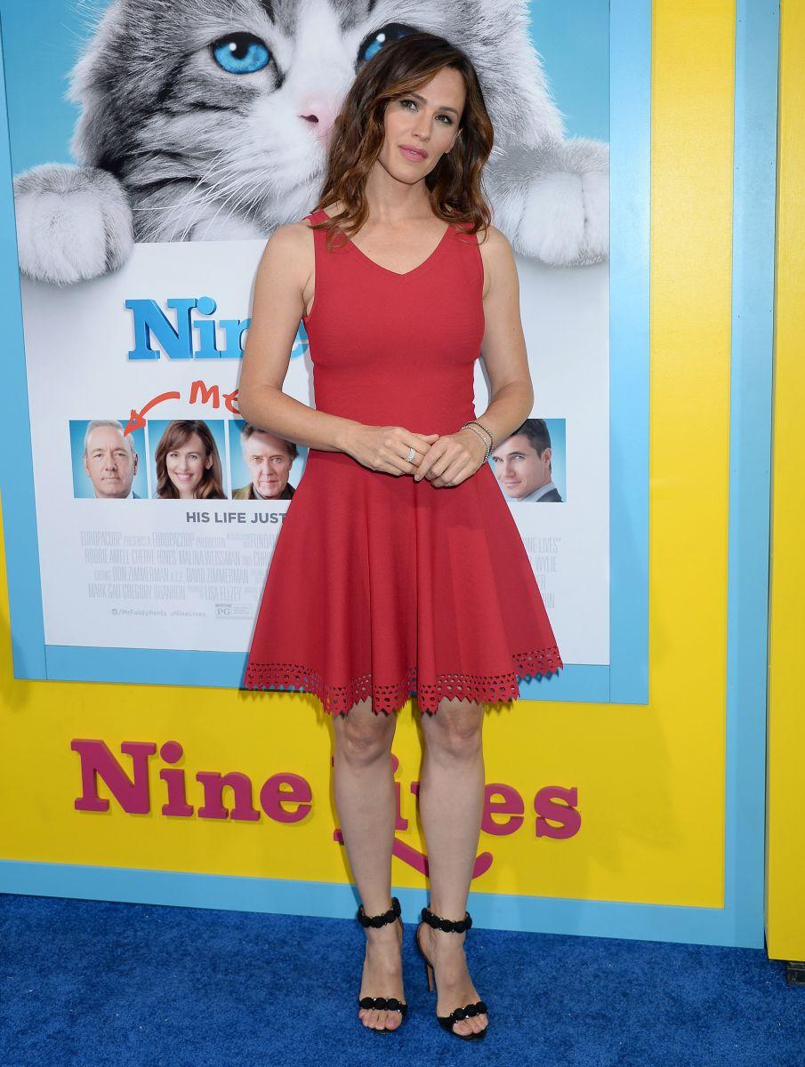 Образ дня: женственная Дженнифер Гарнер в красном мини на премьере фильма