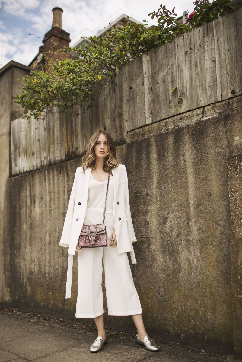 Образ дня: актриса и икона стиля Рози Фортескью в белоснежном наряде