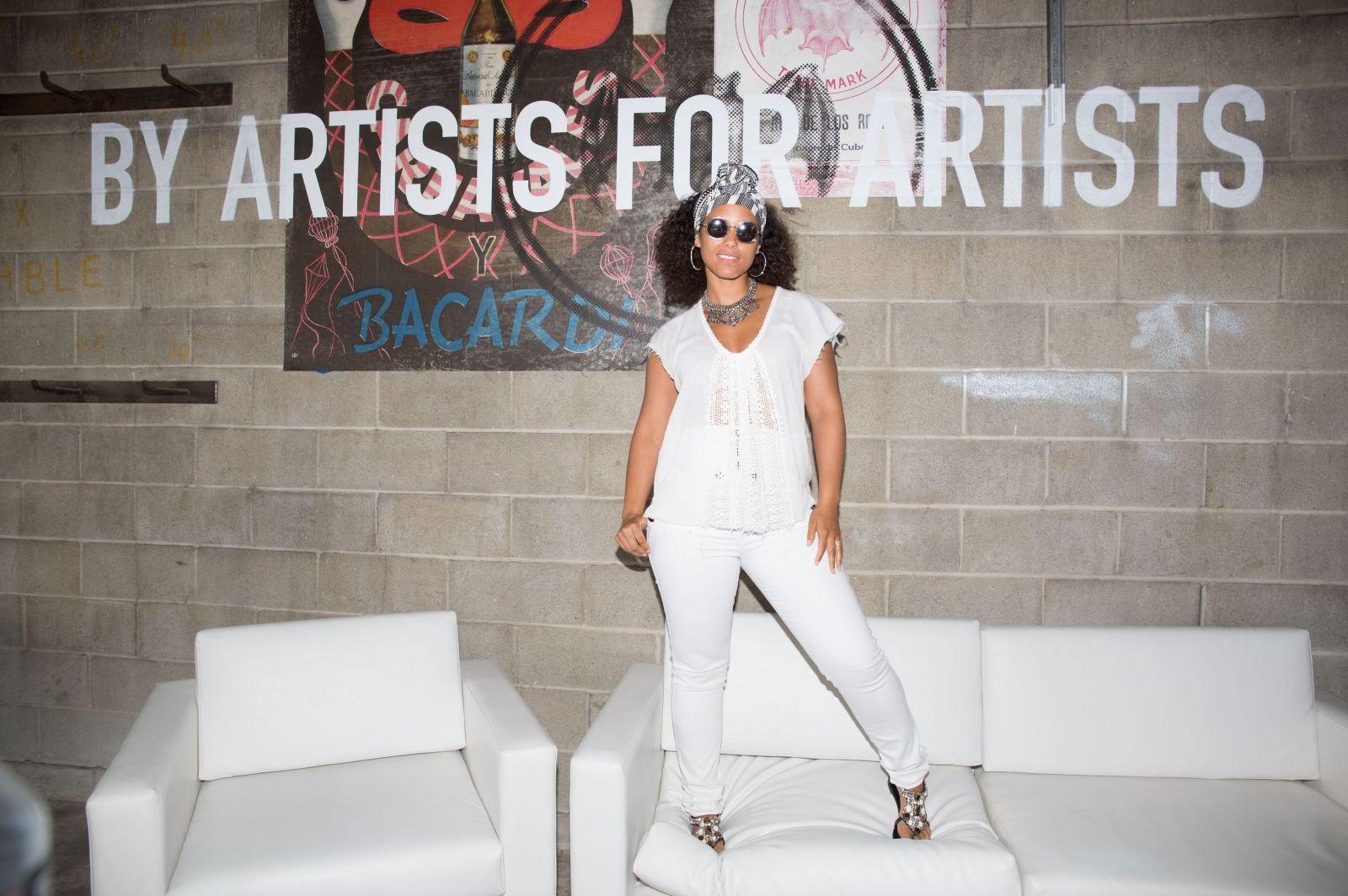 Образ дня: ненакрашенная Алиша Киз на выставке в Нью-Йорке