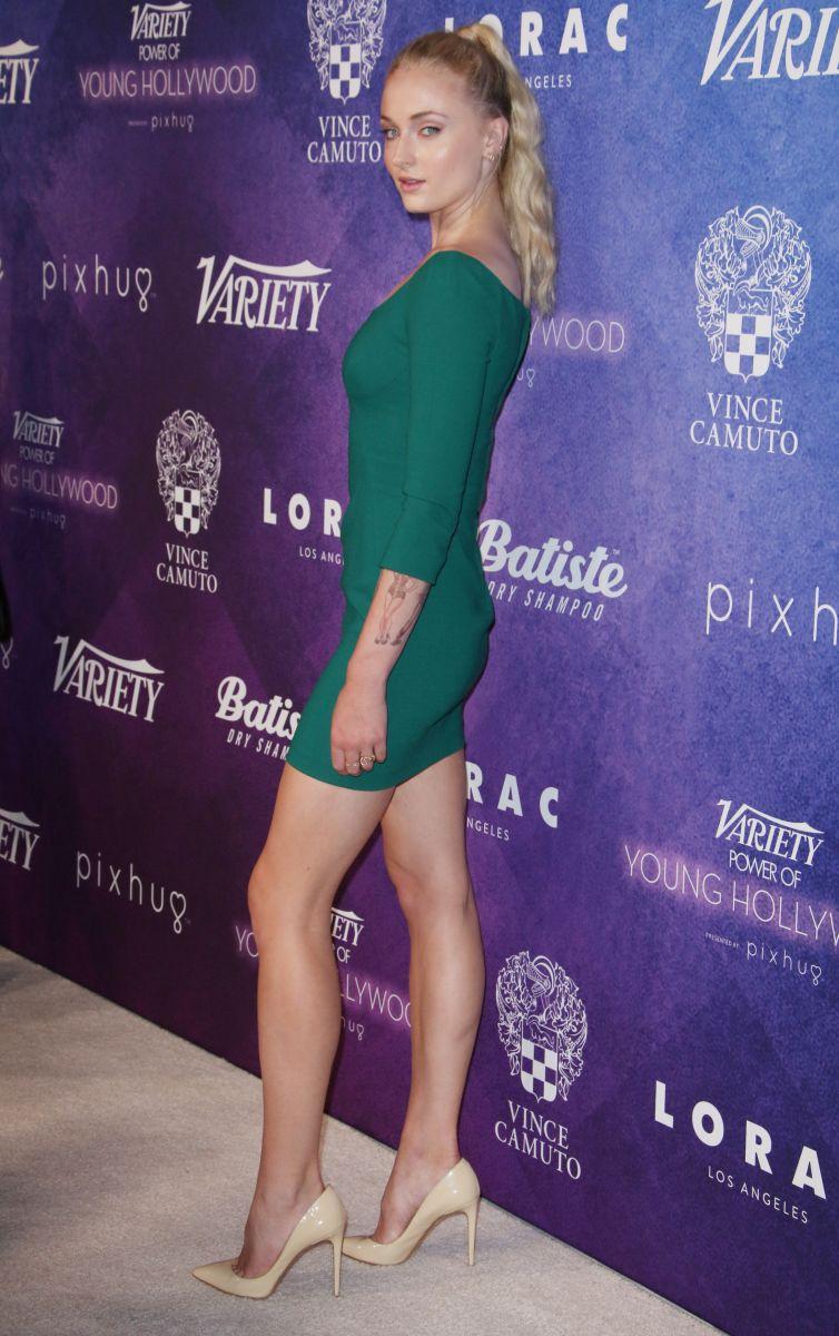"""Образ дня: Софи Тернер в платье Dolce and Gabbana и с """"поцелуем"""" на ключице"""