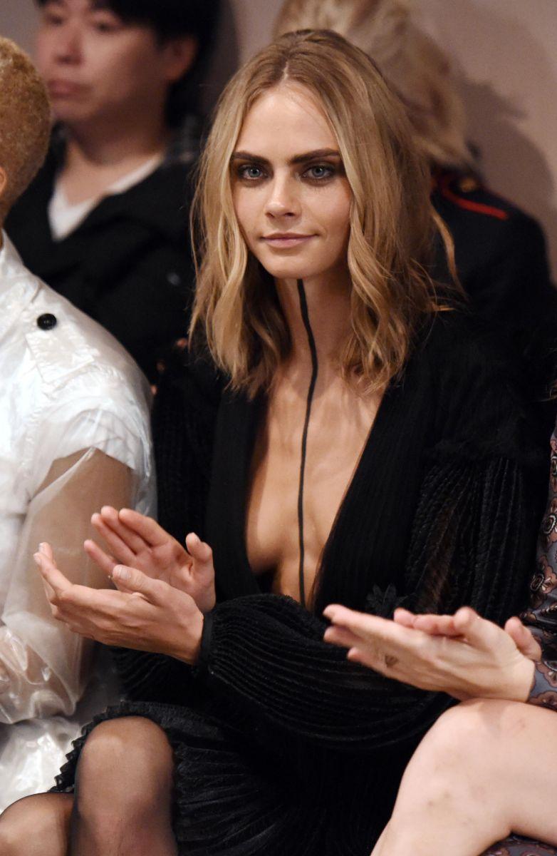 Образ дня: Кара Делевинь появилась на публике со странной черной полосой на теле (ФОТО)