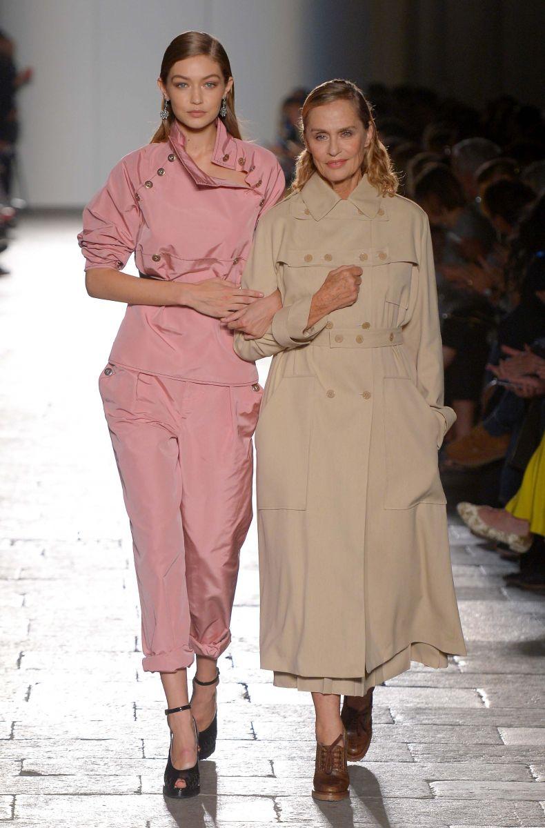 72-летняя супермодель вышла на подиум на миланской неделе моды