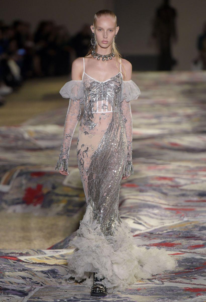 Alexander McQueen показал тренды весны и лета 2017 в новой роскошной коллекции (ФОТО)