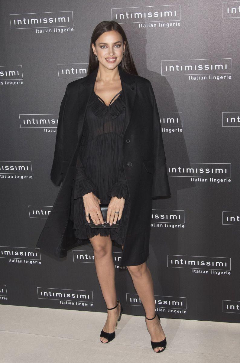 Образ дня: соблазнительная Ирина Шейк в босоножках Givenchy за 27000 гривен