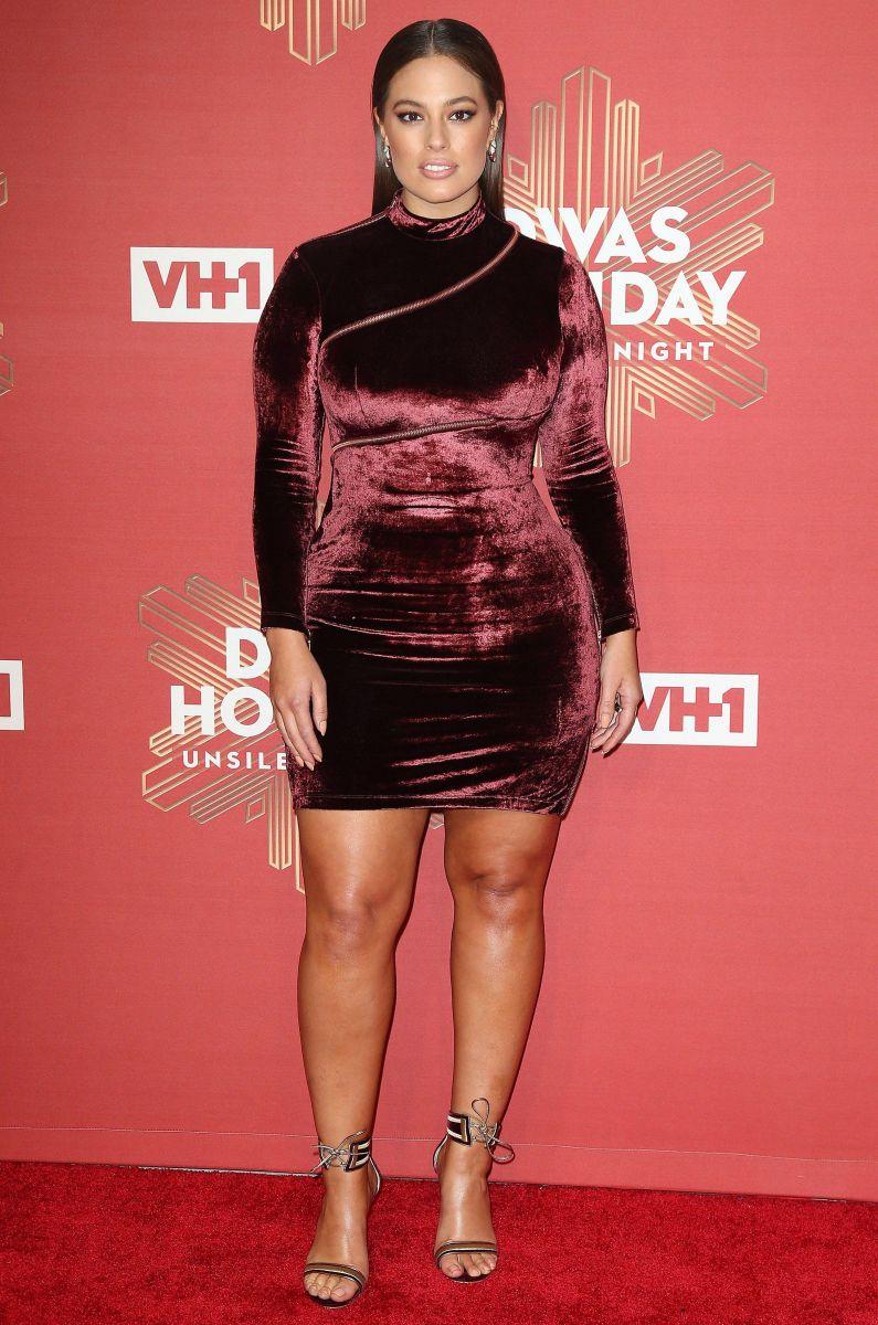 Образ дня: plus-size модель Эшли Грэм в красном мини-платье из бархата (ФОТО)