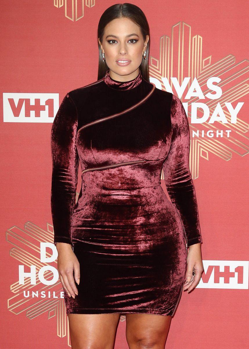 Образ дня: plus-size модель Эшли Грэм в красном мини-платье из бархата эшли грэм
