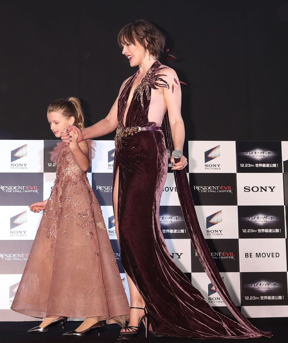 Образ дня: Мила Йовович в открытом платье появилась на публике с дочкой