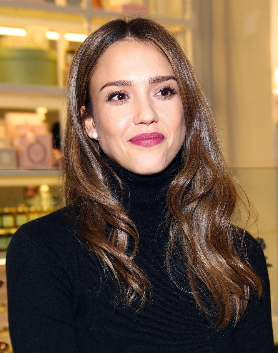 Образ дня: Джессика Альба на открытие кондитерского магазина Laduree в Лос-Анджелесе (ФОТО)