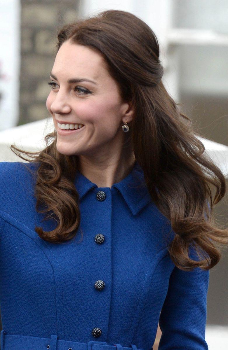 Образ дня: Кейт Миддлтон в синем платье на благотворительном мероприятии (ФОТО)