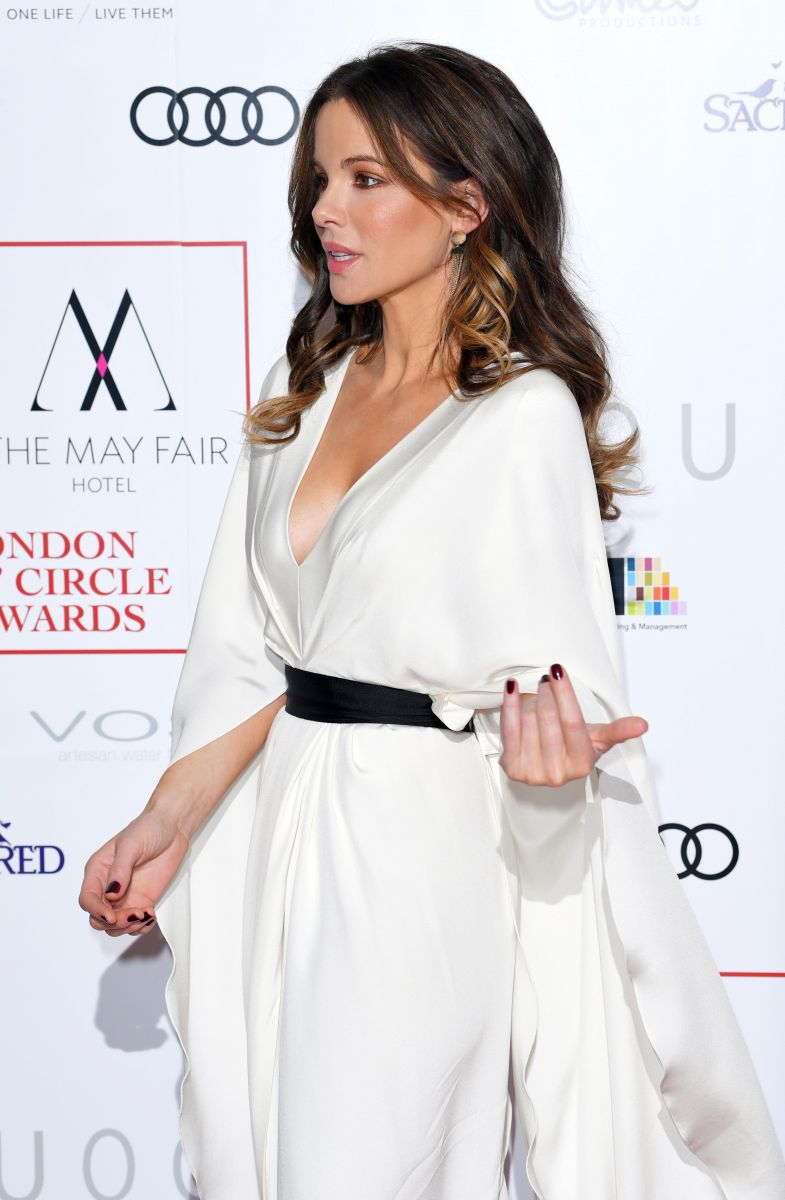 Образ дня: Кейт Бекинсэйл в платье-кимоно на на премии Лондонского кружка кинокритиков (ФОТО)