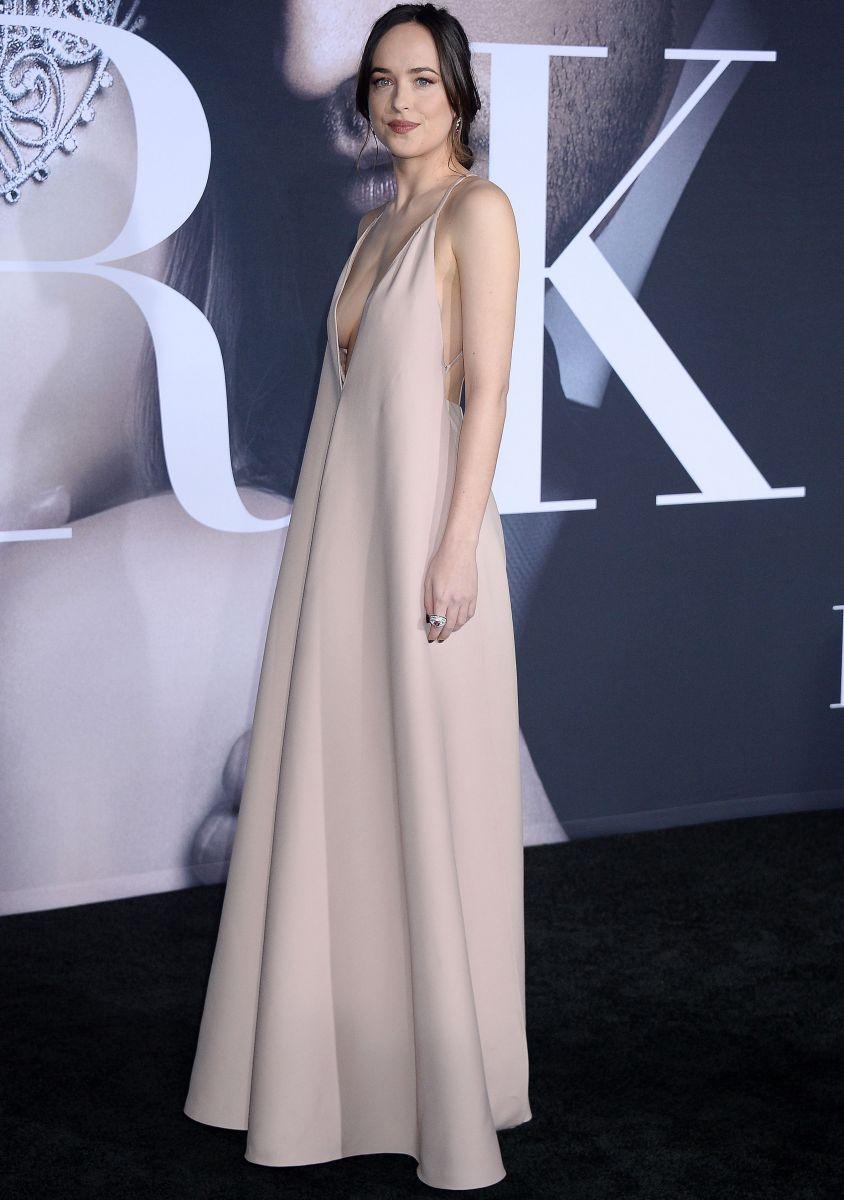 Дакота Джонсон покорила голым платьем от Valentino на премьере фильма На 50 оттенков темнее (ФОТО)