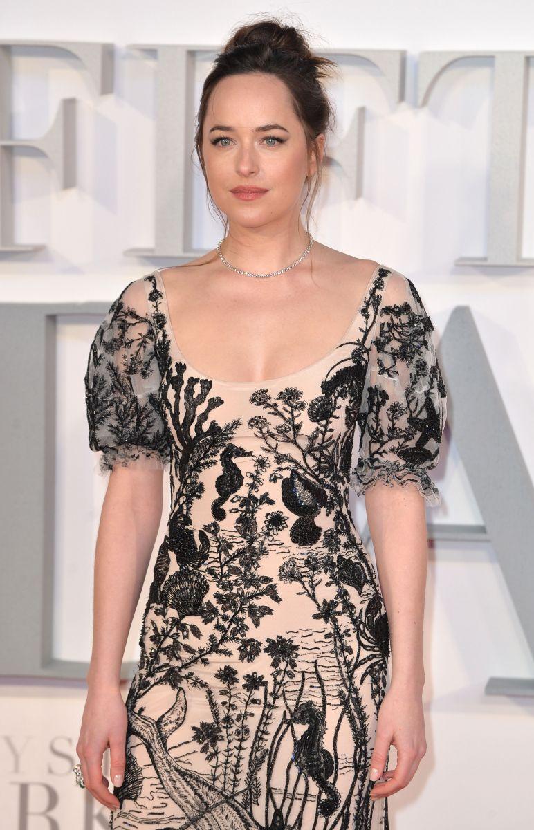 """Образ дня: Дакота Джонсон на премьере """"На 50 оттенков темнее""""в платье Alexander McQueen Дакота Джонсон фото, Дакота Джонсон наряд"""